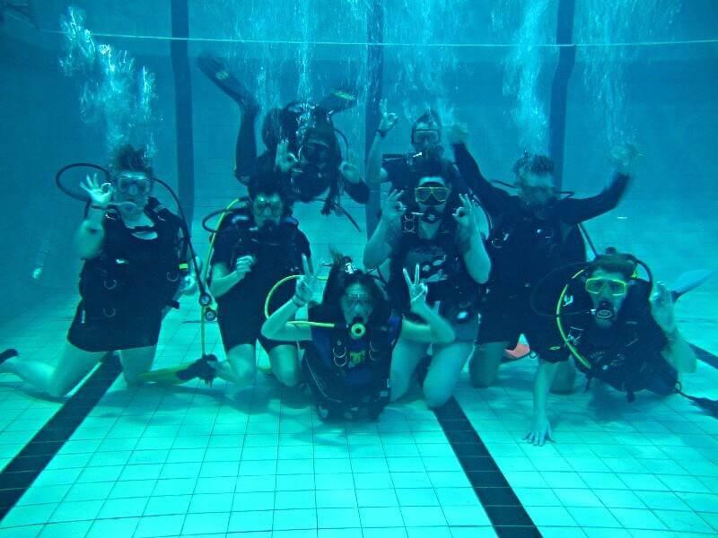 Hópur prófar að kafa á Discover Scuba Diving námskeiði.